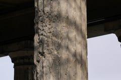 Hål för kula WW2 och granatsplitterskada på en kolonn i Berlin, Tyskland royaltyfri fotografi