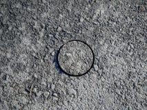 Hål i asfalttrottoar, borrat cylindriskt prov arkivfoton