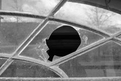 Hål i fönster i svartvitt royaltyfri bild