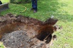 Hål i jordningen som grävas för nytto- gaslinje Arkivbilder