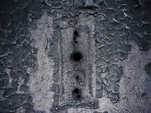 Hål i texturerad antik dörr Arkivfoto