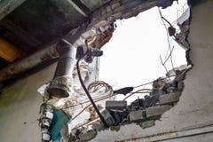 Hål i väggen med kvarlevorna av inre kommunikationsrör royaltyfria foton