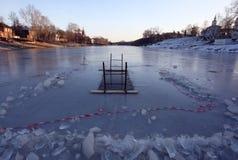 Hål i vintern på floden för att simma Arkivbild