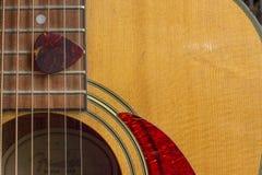 Hål och hacka för akustisk gitarr solitt Royaltyfri Fotografi