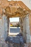 Hål på väggen av en övergiven industribyggnad Arkivfoton