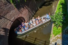 HÅLABOSCH, NEDERLÄNDERNA - AUGUSTI 30, 2016: Turist- fartyg på en kanal i Den Bosch, Netherlan fotografering för bildbyråer