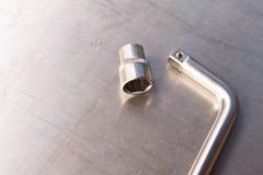 Hålighetskiftnyckel på metalltabellen tillgänglig vektor för dagmapparbete fotografering för bildbyråer
