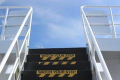Håll ögonen på ditt momenttecken på utvändig trappa Royaltyfria Bilder