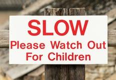 Håll ögonen på för barn undertecknar ut England Förenade kungariket royaltyfria bilder