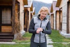 Håll ögonen på för sportar med smartwatch Royaltyfria Foton