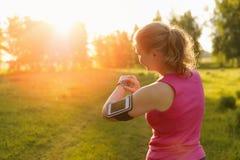 Håll ögonen på för sportar med smartwatch Jogga utbildning för maraton Royaltyfria Foton