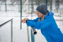 Håll ögonen på för sportar med smartwatch Jogga utbildning för maraton Royaltyfria Bilder