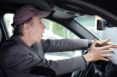 Håll ögonen på ut! Förarga mannen som kör och ser något som var farlig Arkivbild