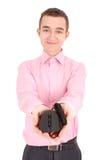 Håll för ung man i hans hand svärtar den optiska musen för datoren Arkivbilder