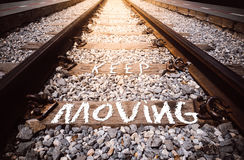 Håll flyttninguttrycket handskrivet på järnväg Arkivfoto