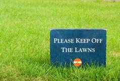 håll lawns av park var god för att underteckna stenen Royaltyfri Bild