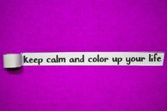 Håll stillhet och färg upp din livtext, inspiration, motivation och affärsidé på purpurfärgat sönderrivet papper arkivfoton