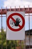 Håll ut tecknet på en konstruktionsplats royaltyfri bild
