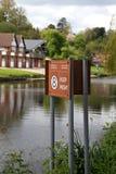 Håll varningstecknet för höger och maximal hastighet på floden Severn i Shrewsbury Royaltyfri Bild