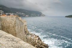 Hålla ögonen på en överhängande storm från väggarna av Dubrovnik Royaltyfria Bilder