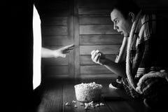 Hålla ögonen på en fasa på svartvit TV arkivfoton