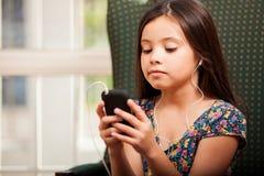 Hålla ögonen på en film på en mobiltelefon Arkivfoton