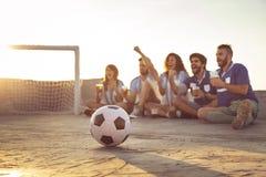 Hålla ögonen på en fotbollsmatch royaltyfri foto