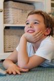 hålla ögonen på för barntv Royaltyfria Bilder