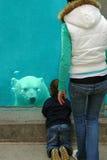 hålla ögonen på för björnmoderson fotografering för bildbyråer