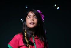 hålla ögonen på för bubblaflickatvål Arkivfoton