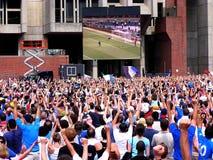 hålla ögonen på för folkmassafotboll Royaltyfria Bilder