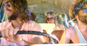 Hålla ögonen på för Hipstervänner översikter i skåpbilen stock video