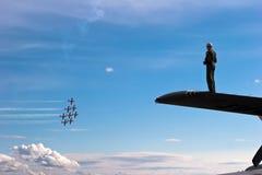 hålla ögonen på för luftpilotshow Arkivbilder
