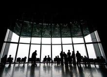 hålla ögonen på för silhouette för scape för stadsfolk Fotografering för Bildbyråer