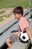 hålla ögonen på för sportar för pojke modigt royaltyfri bild
