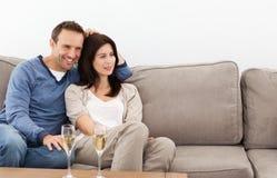 hålla ögonen på för television för par avkopplat Royaltyfri Bild
