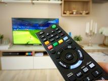 Hålla ögonen på fotbollvärldscupen på television Arkivbild