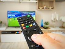 Hålla ögonen på fotbollvärldscupen på television Arkivfoton