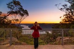 Hålla ögonen på solnedgången på Burragorang utkik royaltyfri foto
