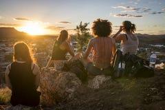 Hålla ögonen på solnedgången i vildmarken arkivfoto