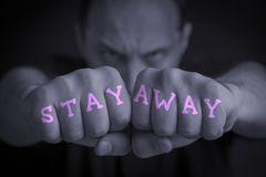 HÅLLA SIG BORTA skriftligt på ilskna man'snävar Fotografering för Bildbyråer