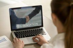 Hållande ögonen på affärspresentation för affärskvinna som ser bärbara datorn royaltyfria bilder