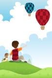 Hållande ögonen på ballonger för pojke och för hund Royaltyfri Foto