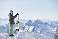Hållande ögonen på berglandskap för Snowboarder Royaltyfria Bilder