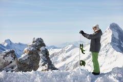 Hållande ögonen på berglandskap för Snowboarder Royaltyfri Fotografi