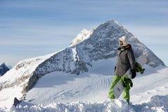 Hållande ögonen på berglandskap för Snowboarder Royaltyfria Foton