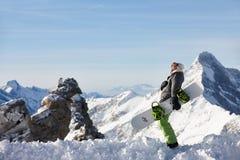 Hållande ögonen på berglandskap för Snowboarder Royaltyfri Bild