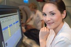 Hållande ögonen på bildläsningsresultat för kvinnlig doktor på datoren royaltyfri foto