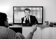 Hållande ögonen på debatt för kandidatsupporter mellan Emmanuel Macron och Arkivfoto