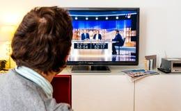Hållande ögonen på debatt för kandidatsupporter mellan Emmanuel Macron och Arkivfoton